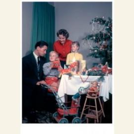 Kerstmis, gezin aan tafel bij de kerstboom