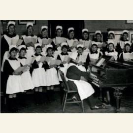Meisjes oefenen Kerstliedjes